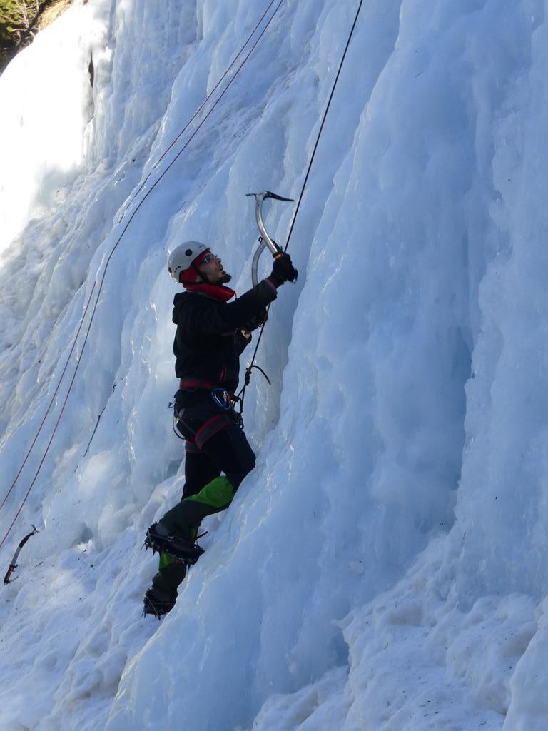 CURSO DE ALPINISMO PUENTE DE DICIEMBRE Durante el puente de Diciembre, vamos a hacer un curso de iniciación al alpinismo en la Vall de Boi, en el pirineo de Lérida (Cataluña). Los obetivos son aprender los conocimientos técnicos y del entorno de la montaña invernal para realizar actividades de alpinismo, de baja dificultad, de forma autónoma y con seguridad,con algunos tramos difíciles que requieran el uso de la cuerda, tanto para subir escalando como para bajar rapelando. En el curso haremos diferentes talleres de anclajes y reuniones, escalaremos en hielo y haremos una cresta invernal.